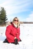 Le femme s'asseyent dans la neige photos libres de droits