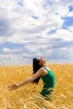 Le femme sautant dans le blé d'or Photos libres de droits