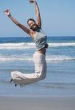 Le femme saute en air avec joie photo stock