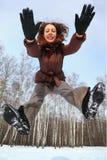 Le femme saute vers l'avant, jour d'hiver Image libre de droits