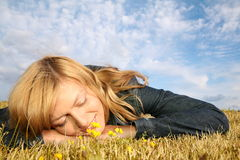 Le femme se trouve sur l'herbe Photos libres de droits