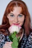 Le femme sentant une rose Images libres de droits