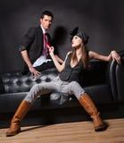 Le femme sexy retient la relation étroite rouge de l'homme Photographie stock