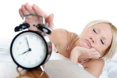 Le femme somnolent arrête l'alarme Photo stock