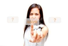 Le femme touchant en fonction résolvent le bouton Photographie stock
