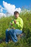 Le femme tourne une guirlande Photo libre de droits
