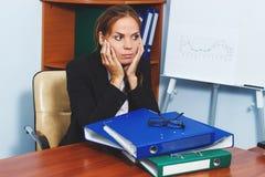 Le femme travaille dans le bureau Images libres de droits