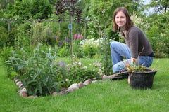 Le femme travaille dans le jardin photo libre de droits