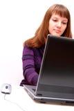 Le femme travaille sur l'ordinateur portatif Photo stock