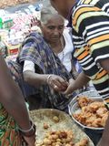 Le femme tribal vend les casse-croûte nouvellement fabriqués Images libres de droits