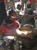 Le femme tribal vend les casse-croûte nouvellement fabriqués Image libre de droits