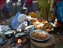 Le femme tribal vend les casse-croûte nouvellement fabriqués Photo libre de droits
