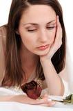 Le femme triste avec fané s'est levé. Image libre de droits