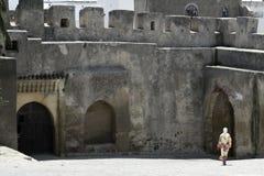 Le femme voilé marche à travers la cour de Kasbar Image stock