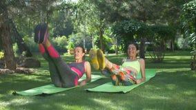 Le femmine sportive di misura che fanno gli ABS sgranocchia in natura