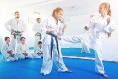 Le femmine stanno provando in pugilato d'allenamento ad usare i nuovi movimenti Fotografia Stock Libera da Diritti