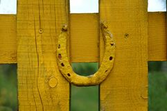 Le fer à cheval sur la barrière est peint avec la peinture jaune photo stock