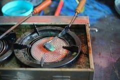 Le fer à souder traditionnel thaïlandais a mis dessus la flamme de gaz et de feu photographie stock libre de droits