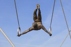 Le fer accrochant figure l'équilibrage sur des cordes sur la passerelle Bernatka, Cracovie, Pologne Photo stock