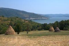 Le fer de champs de meules de foin déclenche le Danube Image stock