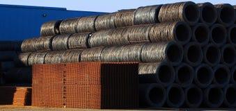 Le fer et les produits bruts ferreux en dehors de l'usine en acier attendant pour être envoient aux acheteurs Image libre de droits