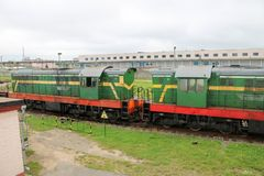 Le fer métallique vert a roulé le train de fret, locomotive pour le transport de marchandises sur des rails à la gare ferroviaire image libre de droits