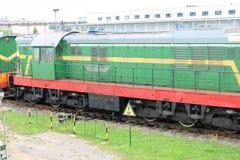 Le fer métallique vert a roulé le train de fret, locomotive pour le transport de marchandises sur des rails à la gare ferroviaire photos stock