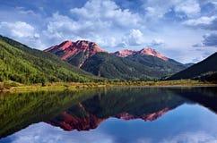 Le fer rouge du Colorado San Juan Skyway fait une pointe le lac Photo stock