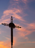 Le fer rouillé croisent plus de le ciel de coucher du soleil Photographie stock libre de droits