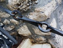 Le fer travaillé de cru a forgé le rail et la porte à chaînes image stock