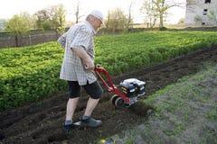 Le fermier avec un moteur-cultivateur Photographie stock