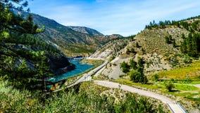 Le ferrovie e la strada principale del trasporto Canada seguono Thompson River Fotografia Stock Libera da Diritti