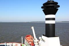 Le ferry approche l'île d'Ameland, Pays-Bas Photographie stock