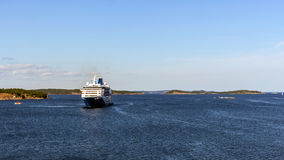 Le ferry approche le port de Nynashamn Images stock