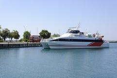 Le ferry arrive au port de Nessebar Photographie stock libre de droits
