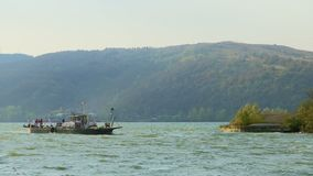 Le ferry-boat de rivière approche la côte banque de vidéos