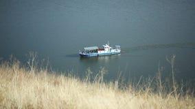Le ferry-boat flotte sur la rivière banque de vidéos