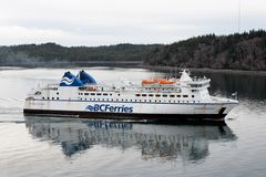 Le ferry-boat transportant des passagers de BCFerries entre dans le port Photographie stock libre de droits