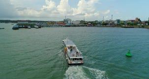 Le ferry-boat transportant des passagers de mer entre dans le port banque de vidéos