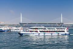 Le ferry-boat transportant des passagers va sur le klaxon d'or, Istanbul Photographie stock