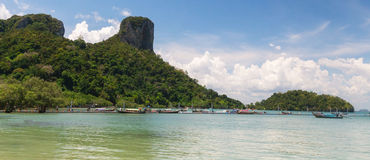 Le ferry de Railay avec le fond de moutain et de ciel bleu Photographie stock