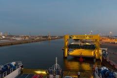 Le ferry de Scandlines arrive au port de Rostock photographie stock libre de droits
