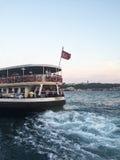 Le ferry part de la station de Karakoy Images stock