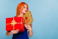 Le feste amano il concetto di felicità - ragazza con i contenitori di regalo Immagini Stock