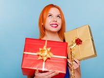 Le feste amano il concetto di felicità - ragazza con i contenitori di regalo Fotografia Stock Libera da Diritti