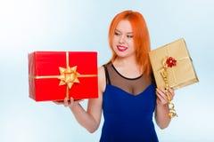Le feste amano il concetto di felicità - ragazza con i contenitori di regalo Fotografie Stock Libere da Diritti