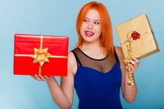 Le feste amano il concetto di felicità - ragazza con i contenitori di regalo Fotografie Stock