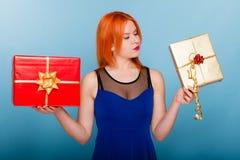 Le feste amano il concetto di felicità - ragazza con i contenitori di regalo Immagini Stock Libere da Diritti