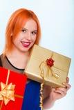 Le feste amano il concetto di felicità - ragazza con i contenitori di regalo Immagine Stock Libera da Diritti