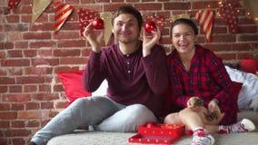 Le feste di Natale è il momento perfetto di rilassarsi e parlare stock footage